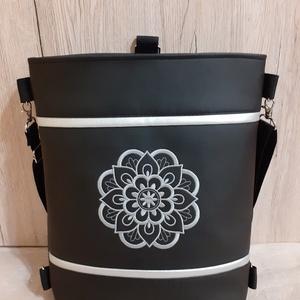 3:1 táska- ezüst színű mandala gépi hímzéssel, Táska & Tok, Variálható táska, Varrás, Hàtizsákként is hordható táska, fekete textilbőrből, elején ezüst színű mandala gépi hímzéssel. Heve..., Meska