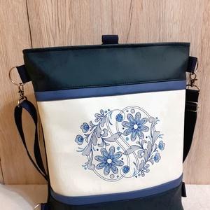 Matrózkék-törtfehér textilbőr 3:1 táska, virágmintás hímzéssel, Táska & Tok, Variálható táska, Hímzés, Varrás, Meska