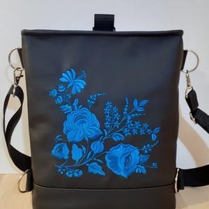 """Anyák napjára (is)! \""""Anya szeretlek!\"""" felirattal, Táska & Tok, Variálható táska, Hímzés, Varrás, Ez a szépséges kis táska bármilyen alkalomra szuper ajándék. \nFekete textilbőrből készült, kék színű..., Meska"""