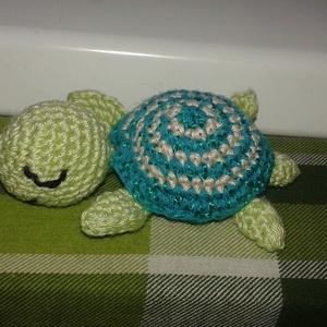 Horgolt kis teknős, Játék & Gyerek, Horgolás, Pici horgolt zöld csikos teknős, zöld szinekben. \nMéret: 5-6 cm\nAnyag: Poliészter fonal, Meska