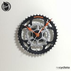 recyclock CWB-104- falióra újrahasznosított kerékpár alkatrészből, Otthon & Lakás, Dekoráció, Falióra & óra, Újrahasznosított alapanyagból készült termékek, Ötvös, Egyedi, kerékpár alkatrészekből készített falióra. \nA CWB sorozat órái elsősorban a kerékpárok lánct..., Meska