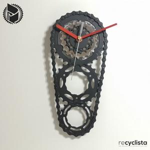 recyclock CS3-056- falióra újrahasznosított kerékpár alkatrészből, Otthon & Lakás, Dekoráció, Falióra & óra, Újrahasznosított alapanyagból készült termékek, Ötvös, Egyedi, kerékpár alkatrészekből készített falióra. \nA CS3 sorozat órái elsősorban a kerékpárok  háts..., Meska