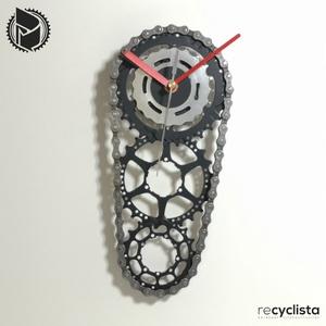 recyclock CS3-059 - falióra újrahasznosított kerékpár alkatrészből, Otthon & Lakás, Dekoráció, Falióra & óra, Újrahasznosított alapanyagból készült termékek, Ötvös, Egyedi, kerékpár alkatrészekből készített falióra. \nA CS3 sorozat órái elsősorban a kerékpárok  háts..., Meska