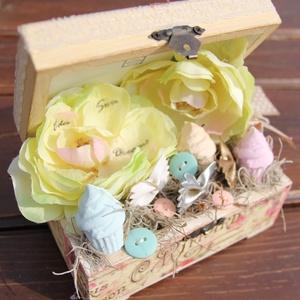 """Pasztell fa doboz, sütikkel. :-), Lakberendezés, Otthon & lakás, Dekoráció, Asztaldísz, Virágkötés, Egyedi asztaldísz, mellyel becsempészhetsz egy kis \""""édességet\"""" az otthonodba. :-)\nA fa dobozt festet..., Meska"""