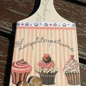 Konyhai dekoráció, muffinokkal. :-), Dekoráció, Otthon & lakás, Konyhafelszerelés, Vágódeszka, Lakberendezés, Decoupage, transzfer és szalvétatechnika, Festett tárgyak, Vágódeszka alapra készítettem egy kedves, édes, muffinos mintát. Festett fa szívre csipkét tettem és..., Meska