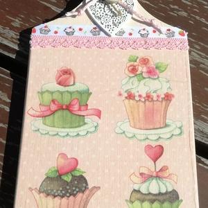 Konyhai dekoráció, szívvel és muffinokkal. :-), Konyhai dísz, Konyhafelszerelés, Otthon & Lakás, Decoupage, transzfer és szalvétatechnika, Festett tárgyak, Vágódeszka alapra készítettem egy kedves, édes, muffinos mintát. Sütis szalaggal és csipkével díszít..., Meska