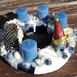 Törpés adventi koszorú. :-), Otthon & Lakás, Karácsony & Mikulás, Adventi koszorú, Virágkötés, Adventi koszorút készítettem, különleges gyertyákkal és egy aranyos törpével. :-)  Hófehér-ezüstös k..., Meska