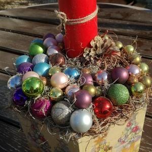 Színes asztaldísz karácsonyi gömbökkel. :-), Otthon & Lakás, Karácsony & Mikulás, Karácsonyi dekoráció, Decoupage, transzfer és szalvétatechnika, Festett tárgyak, Nagyméretű fa doboz, melyből egy karácsonyi asztaldíszt készítettem. :-)\nA dobozt festettem, az olda..., Meska