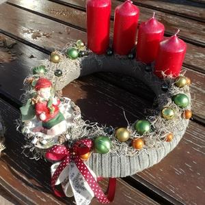 Adventi koszorú, erdei kislánnyal. :-), Otthon & Lakás, Karácsony & Mikulás, Adventi koszorú, Virágkötés, Adventi koszorú a Karácsony színeivel. \nDíszítsd vele otthonod, vagy ajándékozd valakinek, akit szer..., Meska