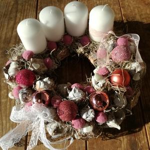 Adventi koszorú mályva színekkel. :-), Otthon & Lakás, Karácsony & Mikulás, Adventi koszorú, Virágkötés, Adventi koszorút készítettem, hófehér gyertyákkal pom-pom labdacsokkal és gyönyörű csipkével. :-)  H..., Meska