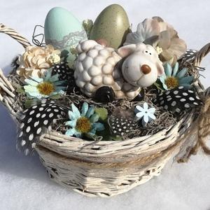 Húsvéti virágkosár, báránnyal. :-), Otthon & lakás, Dekoráció, Húsvéti díszek, Ünnepi dekoráció, Virágkötés, Egyedi asztaldísz festett kosárból, natúr színekkel.  Kerámia báránykát ültettem fa- és selyemvirág..., Meska