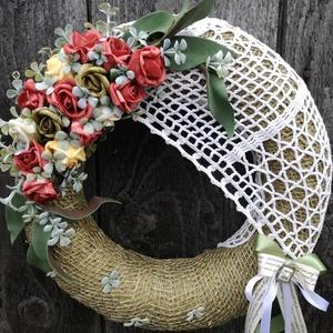 Ajtódísz horgolt csipkével, rózsákkal.  :-), Dekoráció, Otthon & lakás, Lakberendezés, Ajtódísz, kopogtató, Esküvő, Virágkötés, Romantikus ajtódísz,  gyönyörű csipkével. :-)\nA szalma alapot zsákvászonnal vontam be. \nCsipkével, h..., Meska