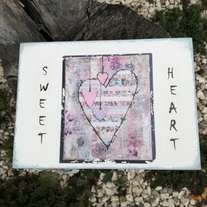 """Fotó-transzferált tea doboz, \""""Sweet Heart\"""" felirattal.  :-), Konyhafelszerelés, Otthon & lakás, Ékszer, Ékszertartó, Esküvő, Nászajándék, Decoupage, transzfer és szalvétatechnika, Festett tárgyak, Shabby teás doboz, szívecskével  . :-)\nA fa doboz felső részét hófehérre, az alsó részt pedig paszte..., Meska"""