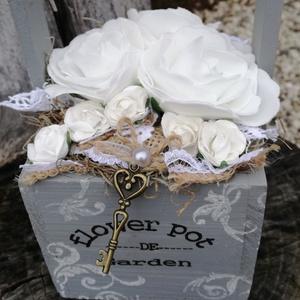 Shabby, rózsás dekoráció. :-), Dekoráció, Otthon & lakás, Asztaldísz, Lakberendezés, Esküvő, Nászajándék, Virágkötés, Elegáns Shabby  asztaldísz, szürkével és hófehérrel.\nA festett, fa dobozt fehér inda mintával díszít..., Meska