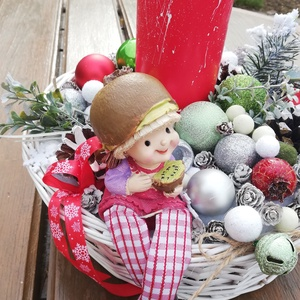 Téli asztaldísz, bájos kislánnyal. :-), Otthon & Lakás, Karácsony & Mikulás, Karácsonyi dekoráció, Virágkötés, Téli asztaldísz, klasszikus színekkel, hangulattal.\nDíszítsd vele otthonod vagy ajándékozd valakinek..., Meska