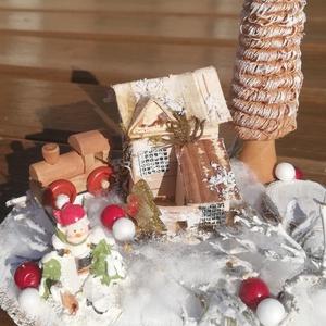 Téli asztaldísz, házikóval, pici vonattal. :-), Otthon & Lakás, Karácsony & Mikulás, Karácsonyi dekoráció, Virágkötés, Asztaldísz, melyet azoknak ajánlok, akik szeretik a természetes és különleges dekorációkat. :-) \nFah..., Meska