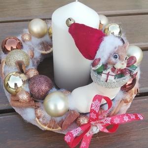 Karácsonyi asztaldísz, egérkével és gyertyával. :-), Otthon & Lakás, Karácsony & Mikulás, Adventi koszorú, Virágkötés, Egérkés karácsonyi asztaldíszt készítettem, gömbökkel, fahéjjal, naranccsal. Pihe-puha anyaggal borí..., Meska