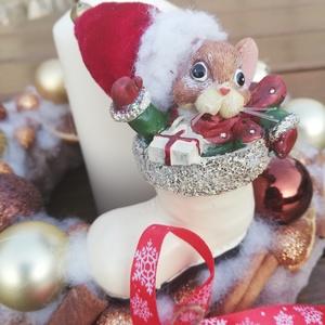Karácsonyi asztaldísz, egérkével és gyertyával. :-), Dekoráció, Otthon & lakás, Ünnepi dekoráció, Karácsony, Karácsonyi dekoráció, Virágkötés, Egérkés karácsonyi asztaldíszt készítettem, gömbökkel, fahéjjal, naranccsal. Pihe-puha anyaggal borí..., Meska