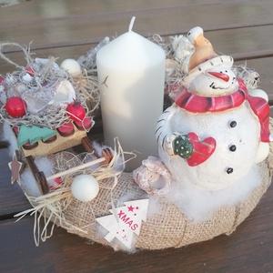 Karácsonyi asztaldísz, pufi hóemberrel. :-), Otthon & Lakás, Karácsony & Mikulás, Adventi koszorú, Virágkötés, Karácsonyi asztaldíszt készítettem, különleges hóember-figurával.  A közepébe oszlop-gyertyát tettem..., Meska