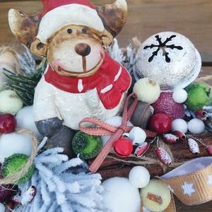 Téli asztaldísz rénszarvassal, csengettyűvel. :-), Karácsony, Ünnepi dekoráció, Dekoráció, Otthon & lakás, Karácsonyi dekoráció, Virágkötés, Téli asztaldísz mécsessel, faszeleten. :-)\nDíszítsd vele otthonod vagy ajándékozd valakinek, akit sz..., Meska