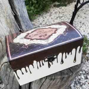 Vintage csokis doboz .  :-), Esküvő, Nászajándék, Kulinária (Ízporta), Édességek, Otthon & lakás, Konyhafelszerelés, Decoupage, transzfer és szalvétatechnika, Festett tárgyak, Vintage doboz, különleges csokis mintával. :-)\nA fa dobozt festettem és  mintát transzferáltam rá.\nL..., Meska