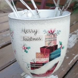 Trendi, karácsonyi nagyméretű üvegpohár dekoráció. :-), Otthon & Lakás, Karácsony & Mikulás, Karácsonyi dekoráció, Decoupage, transzfer és szalvétatechnika, Festett tárgyak, Üvegpoharat festettem, egyedi karácsonyi mintákkal transzferáltam és lakkoztam. Ezüst zsinórral dísz..., Meska