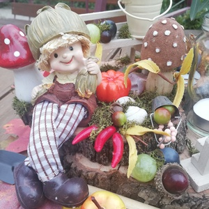 Ősz - A kertész asztaldísze, kislánnyal, mécsessel, tökkel és egyéb kincsekkel. :-), Asztaldísz, Dekoráció, Otthon & Lakás, Virágkötés, Nagyméretű asztaldísz, melyet 3 egymásra rakott  faszelettel készítettem el. A faszeleteket lépcsőse..., Meska