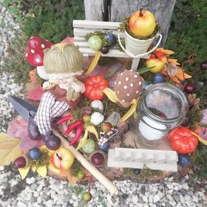 A kertész asztaldísze, kislánnyal, mécsessel, tökkel és egyéb kincsekkel. :-) - Meska.hu