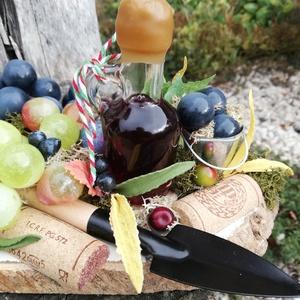 A borász asztaldísze, egy palack borral. :-), Férfiaknak, Hagyományőrző ajándékok, Konyhafőnök kellékei, Sör, bor, pálinka, Virágkötés, Borászoknak egyedi ajándék lehet ez a dekoráció, melyet egy faszeletre készítettem el. \nTettem rá eg..., Meska