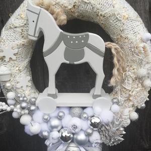 Téli mese-lovas karácsonyi ajtódísz, shabby stílusban. :-), Gyerek & játék, Gyerekszoba, Virágkötés, Nagyméretű mesés ajtódísz gyerekszobákba. :-)\nA szalma alapot bézs-arany, vastag kötött anyaggal bor..., Meska