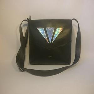Fekete-holo Oldaltáska ,válltáska , Táska, Táska, Divat & Szépség, Válltáska, oldaltáska, Varrás, Ezt a táskát fekete műbőrből és egy speciális hologrammos anyagból készítettem, belülre színben harm..., Meska