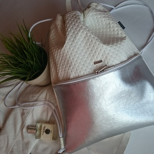 Hátizsák,gymbag / Tornazsák nagyobb zsebbel fehér-ezüst, Táska, Divat & Szépség, Táska, Varrás, Ezt a táskát fehér és ezüst műbőrből készítettem, és színben harmonizáló design textillel béleltem. ..., Meska