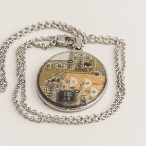 Medál- acél ovális- számítógép alaplapból újrahasznosítva, Ékszer, Medál, Nyaklánc, Használt számítógépek alaplapjaiból és videokártyáiból 6 alapszínben készítünk különböző formájú és ..., Meska