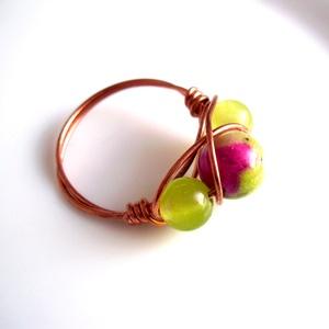Zöld jáde rézgyűrű, Ékszer, Gyűrű, Többköves gyűrű, Ékszerkészítés, Fémmegmunkálás, A drótékszert vörösrézből hajlítottam és 2 db 6mm-es peridot zöld jádéból  és 1db  festett 8mm-es já..., Meska