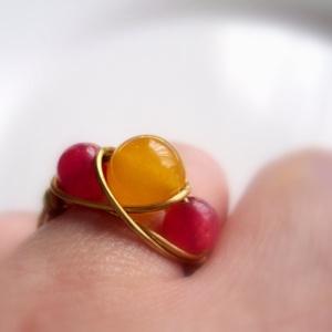 Piros és sárga jáde sárgaréz gyűrű, Ékszer, Gyűrű, Többköves gyűrű, Ékszerkészítés, Fémmegmunkálás, A  drótékszert sárgarézből hajlítottam és 2 db 6mm-es piros és 1db sárga festett 8mm-es jádéval dísz..., Meska