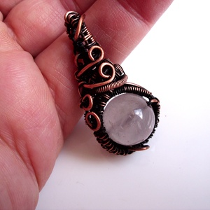 Anasztázia, kis hercegnő rózsakvarc (mesterkristály) medál / nyaklánc, Ékszer, Medál, Nyaklánc, Egyedi, egyetlen példányban készült romantikus ékszer. Szép 12 mm-es rózsakvarc golyót foglaltam be ..., Meska