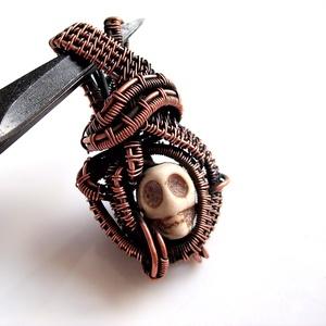 Skull koponyás medál / nyaklánc, Ékszer, Medál, Nyaklánc, Ékszerkészítés, Fémmegmunkálás, Egyedi, egyetlen példányban készült romantikus ékszer. 10  mm-es türkenit koponyácskát  foglaltam b..., Meska