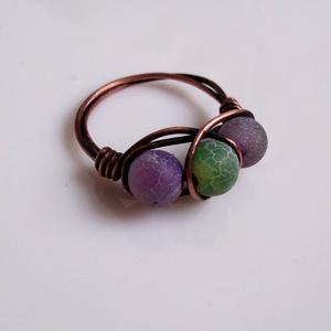 Roppantott achát háromköves gyűrű vörösrézből, Ékszer, Gyűrű, Többköves gyűrű, Ékszerkészítés, Fémmegmunkálás, A drótékszert vörösrézből hajlítottam és 3 db 6mm-es roppantott acháttal  (színezett)díszítettem, ma..., Meska