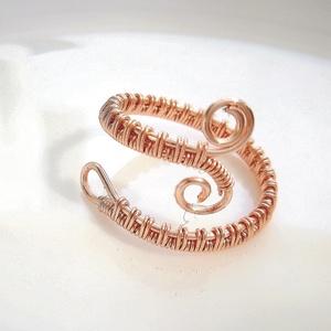 Rózsaarany rose gold bevonatos gyűrű, Ékszer, Gyűrű, Fonódó gyűrű, Ékszerkészítés, Fémmegmunkálás, A drótékszer állítható rose gold bevonatos vörösréz gyűrű. Jelenleg 17,5 mm-esre van állítva az átmé..., Meska