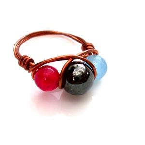 Jáde és hamatit köves vörösréz gyűrű, Ékszer, Gyűrű, Többköves gyűrű, Ékszerkészítés, Fémmegmunkálás, A drótékszert vörösrézből hajlítottam és 2 db 6mm-es piros és 1db világoskék festett jádéval és 1 db..., Meska