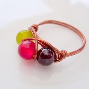 Gránát és Jáde  köves vörösréz gyűrű, Ékszer, Gyűrű, Többköves gyűrű, Ékszerkészítés, Fémmegmunkálás, A drótékszert vörösrézből hajlítottam és 1 db 6mm-es piros és 1db világoszöld festett jádéval és 1 d..., Meska