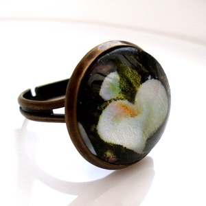 Kála gyűrű, Ékszer, Gyűrű, Üveglencsés gyűrű, Ékszerkészítés, Bájos, nőies, romantikus darab. Bronzszínű gyűrű .A tárcsa mérete :16 mm.A gyűrű  átmérője kb. 18mm...., Meska