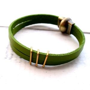 Zöld kézzelfestett valódi bőr mágneszáras  karkötő, Ékszer, Karkötő, Bőrművesség, Ékszerkészítés, Különleges karkötő rusztikus bronz színű mágnes kapoccsal. Zöld színű kézzel festett bőr szíjjal.\nA ..., Meska