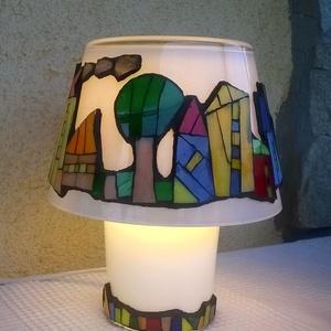 Házikós lámpa, Lakberendezés, Otthon & lakás, Lámpa, Hangulatlámpa, Asztali lámpa, Mozaik, Üvegművészet, Fehér üveglámpára üvegmozaik technikával színes városkát álmodtam. A mozaikdarabkákat Spectrum üvegb..., Meska