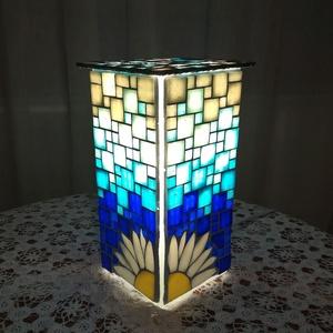 Margarétás üvegmozaik lámpa, Dekoráció, Otthon & lakás, Lakberendezés, Lámpa, Hangulatlámpa, Üvegművészet, Mozaik, Hasáb üveglámpa alapra készítettem ezt a margarétás hangulatlámpát. Az üvegmozaik kék  árnyalatait h..., Meska