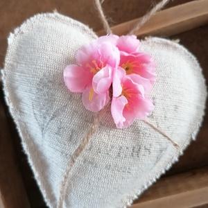 Tavaszi szívecske, Otthon & Lakás, Dekoráció, Függődísz, Varrás, Decoupage, transzfer és szalvétatechnika, Vászonból varrott, transzferált szívecske, pink virággal díszítve.\nA szívecske nagysága kb 23 cm. ..., Meska