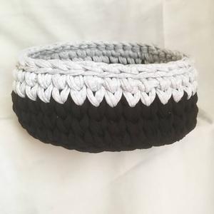 Fekete-szürke tárolókosár kör alappal, Otthon & Lakás, Tárolás & Rendszerezés, Tárolókosár, Horgolás, Újrahasznosított pólófonalból készítettem ezt a minimalista, kör alapú tárolókosarat. Átmérője  23 c..., Meska