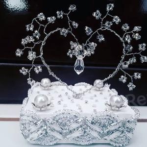 Brightening Heart- Szív alakú (gyöngyfa), Otthon & Lakás, Dekoráció, Dísztárgy, Gyöngyfűzés, gyöngyhímzés, A szív átlátszó gyöngyből, és ezüst színű drótból, a talpa gipszből készült.\n8,5 cm magas, 9 cm szél..., Meska