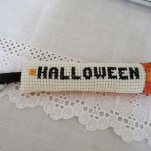 Kulcstartó, Kulcstartó, Kulcstartó & Táskadísz, Táska & Tok, Hímzés, Varrás, Halloween feliratos kulcstartó,mely keresztszemes hímzéssel készült.\nHátoldala narancssárga kockás p..., Meska