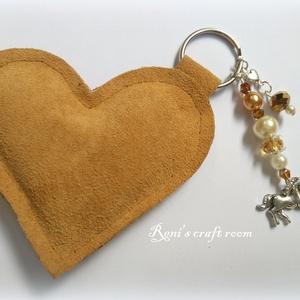 Kulcstartó szív és/vagy táskadísz, Ékszer, Táska, Divat & Szépség, Kulcstartó, táskadísz, Kitűző, bross, Varrás, Ékszerkészítés, Üdvözöllek!\nMéz színű kulcstartó szív: bőrből, vatelinnel megtöltve.\nMérete:~ 8.5x7.5 cm(magassága 7..., Meska